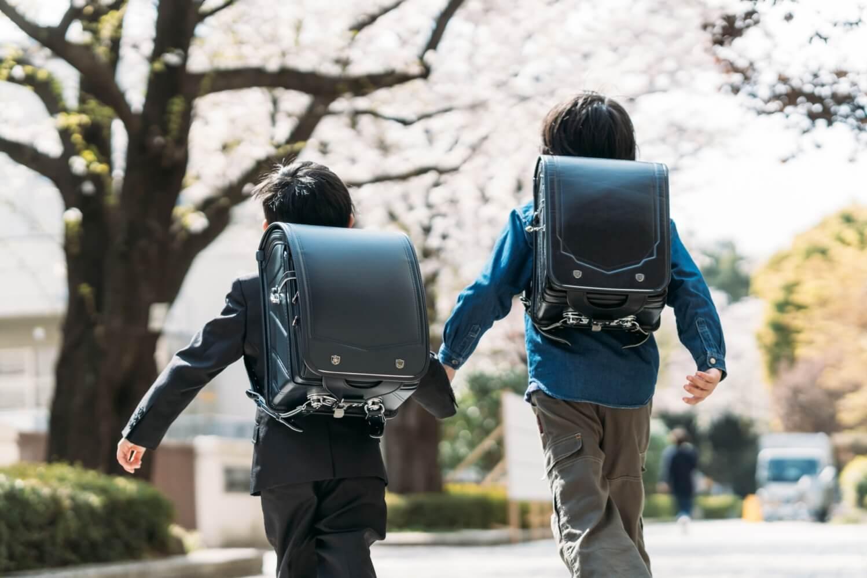 小学生が学校に行くイメージ画像